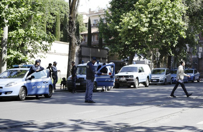 An ninh được thắt chặt xung quanh Đại sứ quán Mỹ tại Rome trong thời gian Tổng thống Donald Trump thăm chính thức Italia. Ảnh: AP.